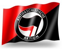 Antifaschistische Aktion (diagonal rot/schwarz) – Fahne